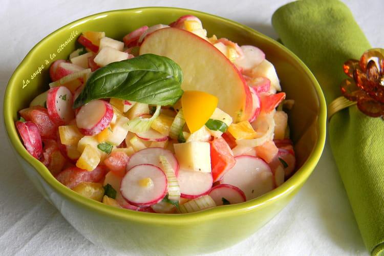 Salade croquante de radis, tomates et pommes