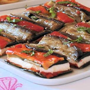 mille-feuille d'aubergine et poivron à la mozzarella
