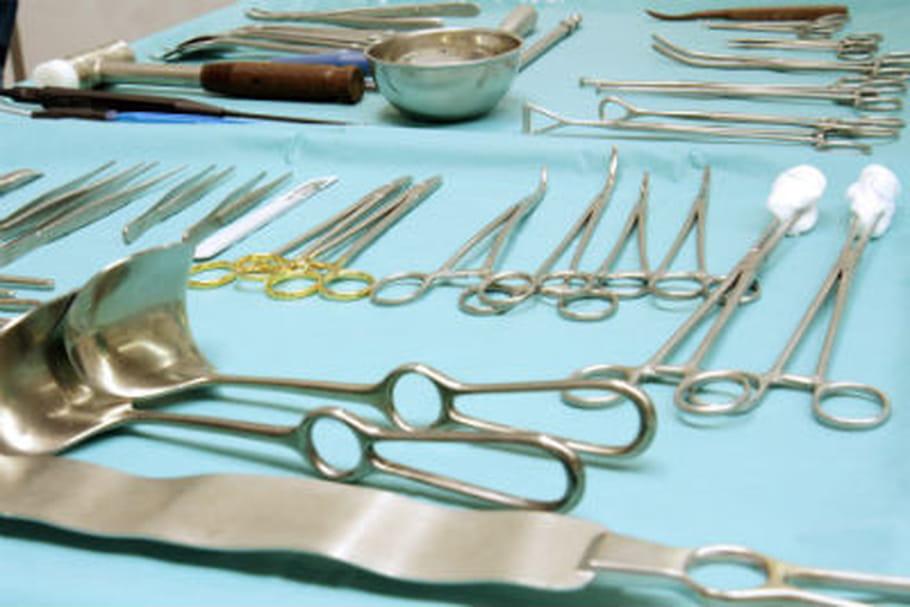 Un chirurgien oublie une pince de 15cm dans le ventre d'une patiente