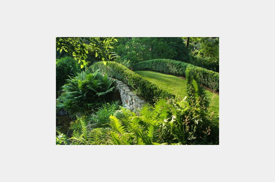 Petit pont de pierre po sie v g tale au jardin de for Au jardin des deux ponts