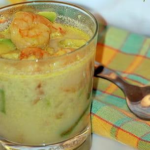soupe d'avocat et de crevettes au curry