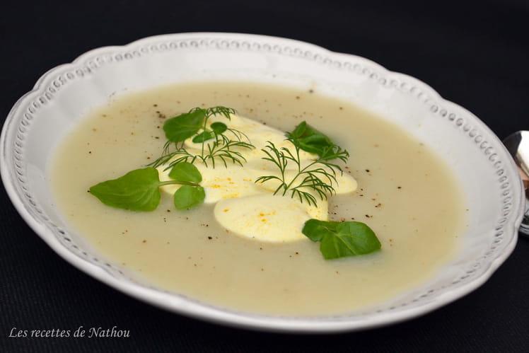 Soupe au chou-fleur et à l'oignon, crème au curcuma