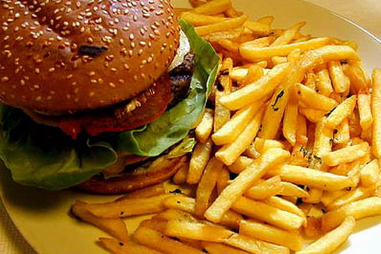 Hamburgers au bœuf, salade et mozzarella