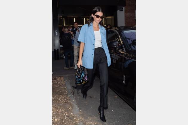 Kendall Jenner en veste tailleur oversize et son Balenciaga graffiti