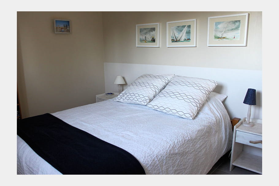 l 39 espiguette la chambre bleue visitez la maison d 39 isabelle journal des femmes. Black Bedroom Furniture Sets. Home Design Ideas