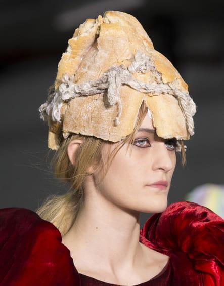 Le bonnet baguette de pain du défilé Central Saint Martins MA