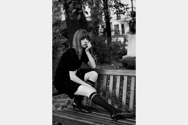 En petite robe noire, Jane Birkin mixe déjà chaussettes et escarpins