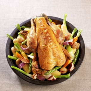 poulet rôti, marrons, cèpes et petits légumes