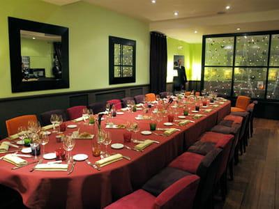 le restaurant parisien d'hélène darroze, situé rue d'assas, bénéficie d'une