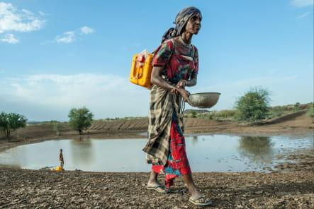 Farah ramène de l'eau au village