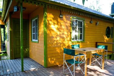 Terrasse d'un jardin d'été coloré