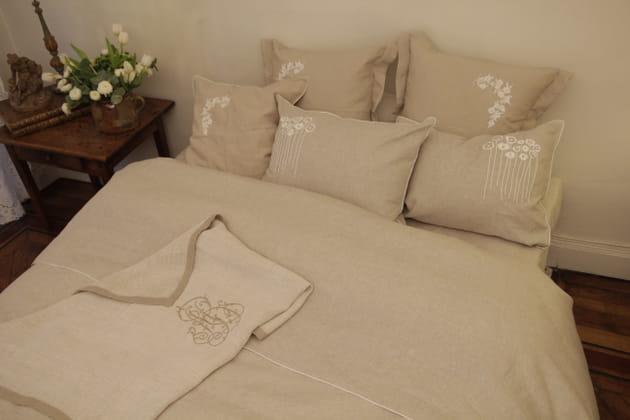 Parure de lit en lin beige par Anne Becker Paris