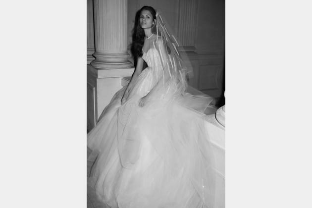 Une robe de mariée en tulle