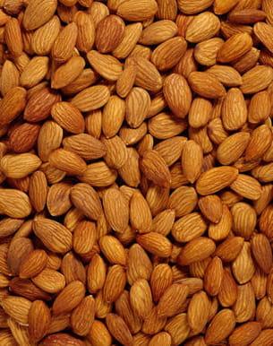 les amandes, une fois réduites en poudre, peuvent être un ingrédient de gommage.