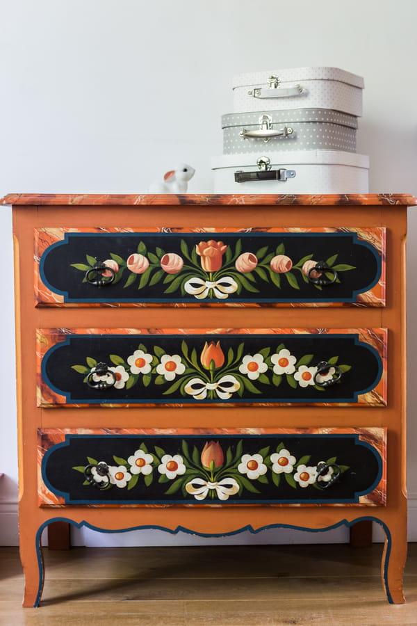 Commode-personnalisee-façades-tiroirs-peintes-motifs-tulipe