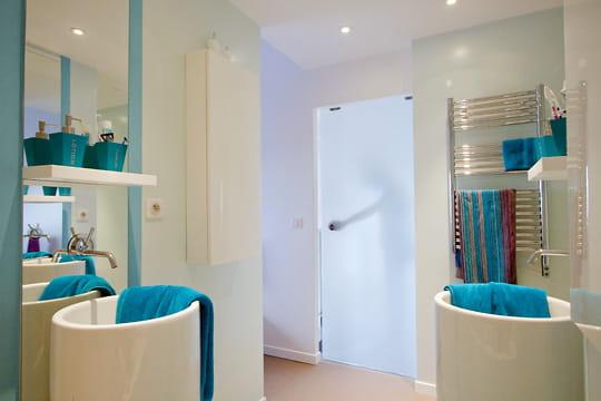 Une salle de bains couleur eau
