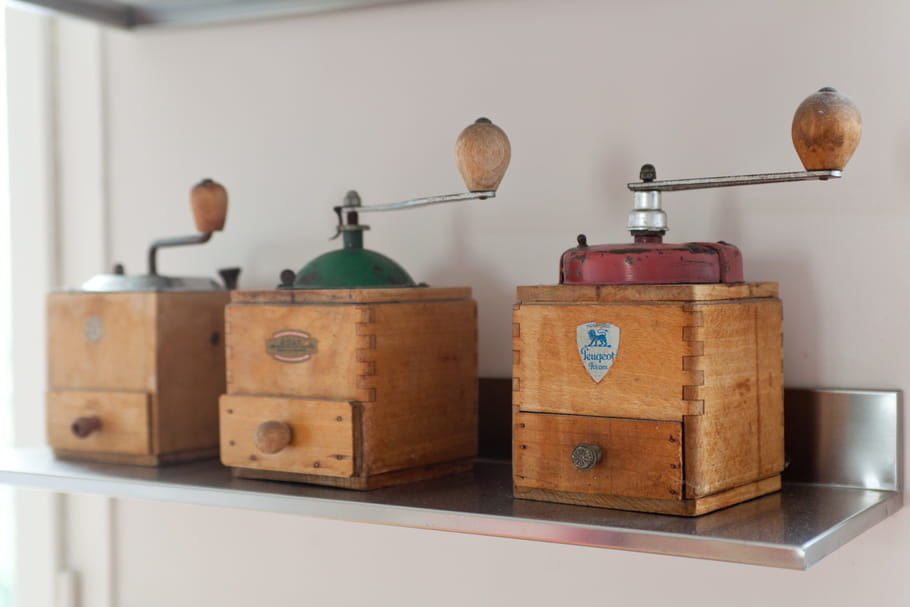 Le truc à chiner: un vieux moulin à café manuel