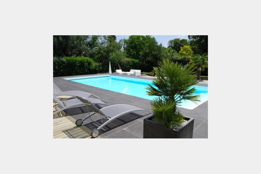Une piscine parfaitement int gr e au jardin paysag for Piscine tres design