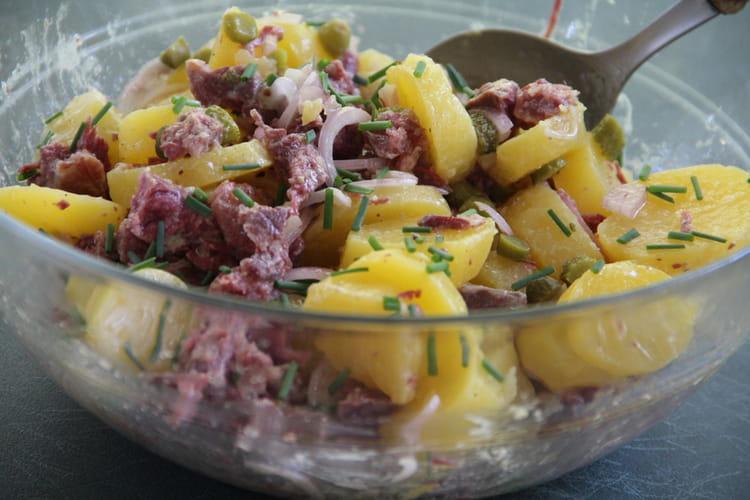 Salade de pommes de terre au boeuf, aromatisée à l'échaillon et aux cornichons