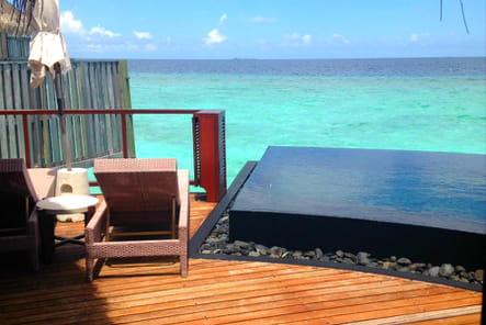 Une terrasse avec piscine à débordement privée
