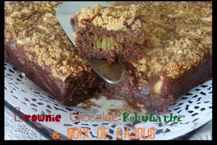Brownie à la compote de rhubarbe et aux noix de cajoux