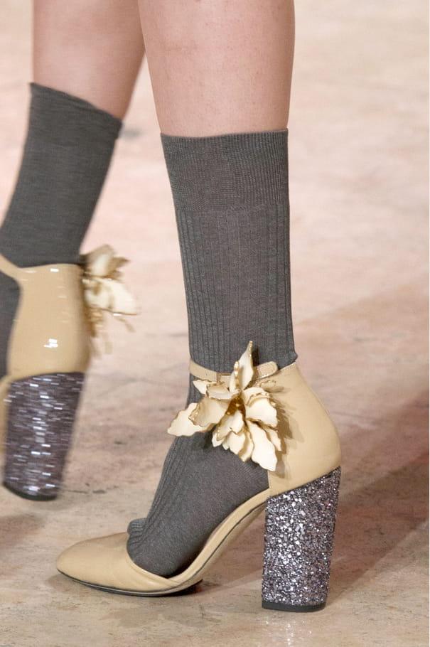Les escarpins en cuir vernis et paillettes du défilé Paul & Joe