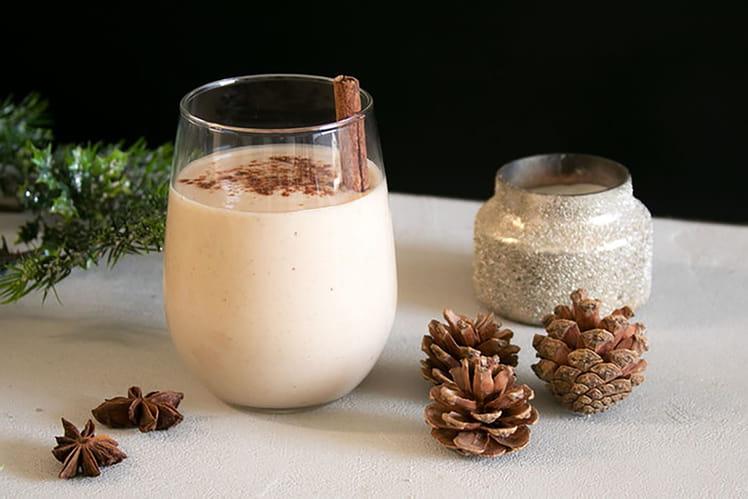 Cocktail de Noël à base de dattes, de lait d'amande et de Bourbon