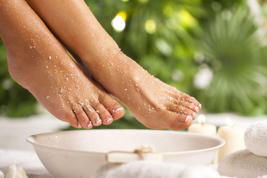 Bain de pieds: douleur, oedème, goutte, recettes, comment faire?