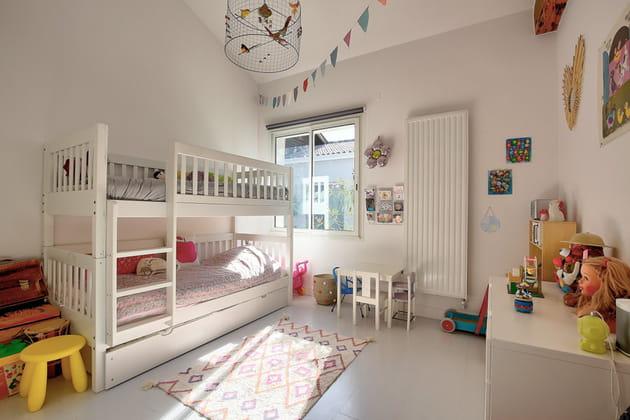 Après: une seconde chambre d'enfant décorée avec soin