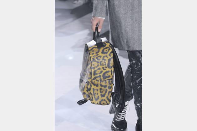 Le sac à dos leopard en cuir du défilé Louis Vuitton