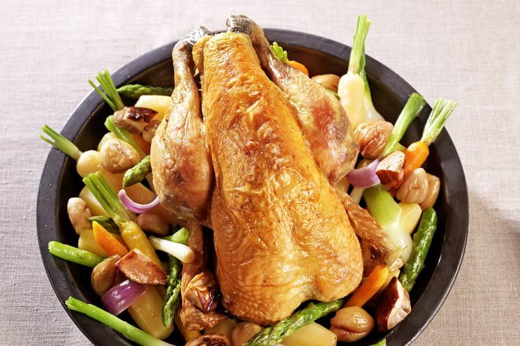 Poulet de Bresse rôti en cocotte lutée, marrons, cèpes et petits légumes