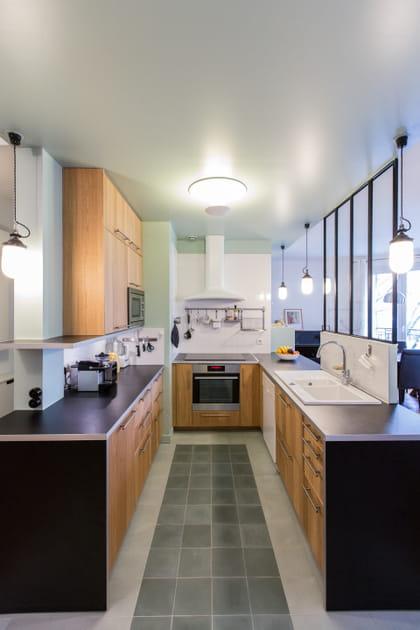 Une cuisine en U avec verrière
