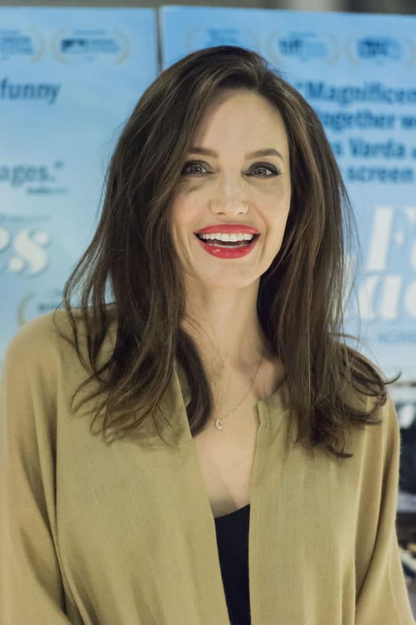 Angelina jolie d voile une nouvelle coupe for Coupe de cheveux jelena la revanche des ex