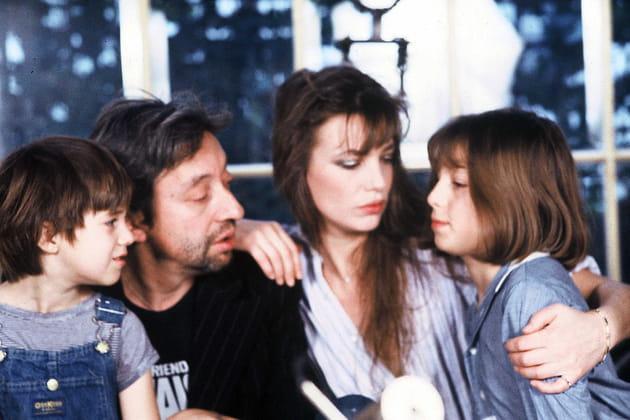 Serge Gainsbourg et Jane Birkin entourés de leurs filles