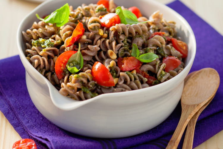 Salade de Fusilli au sarrasin, pesto, tomates et pignons de pin