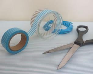positionner et coller des bandes de masking tape sur les petits pots de verre
