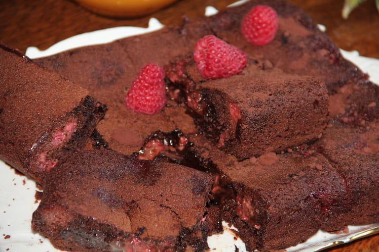 Brownie chocolat, caramel au beurre sale, framboises, fève de tonka