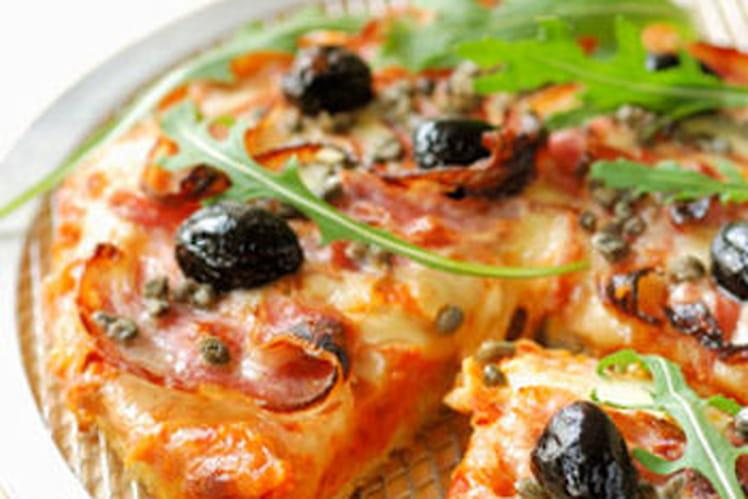 Pizza au jambon, olives noires et mozzarella