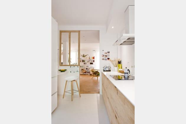 Une cuisine blanche avec claustra