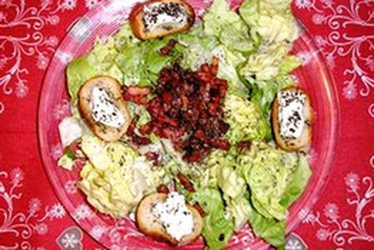 Salade de chèvre chaud, pain à l'ail et lardons