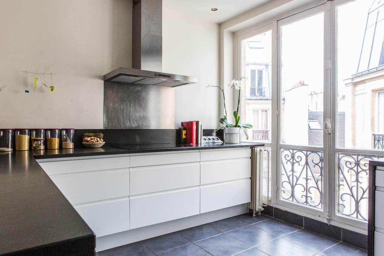cuisine moderne blanche et noire. Black Bedroom Furniture Sets. Home Design Ideas