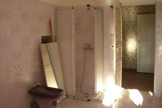 Salle de bains vieillote