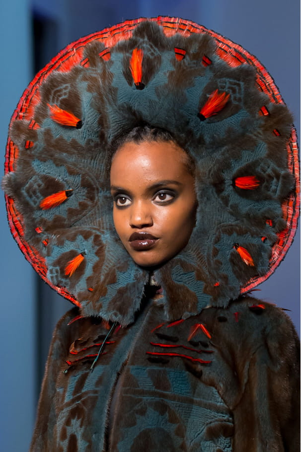 La cagoule façon halo du défilé Jean Paul Gaultier
