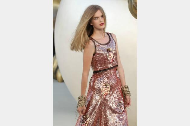 L'ensemble brodé de têtes de lions du défilé Chanel haute couture automne-hiver 2010-2011