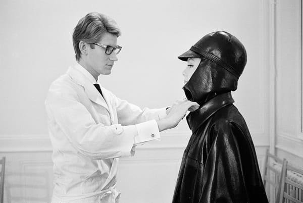 Yves Saint-Laurent, blouse blanche et imper noir, Paris, 26juillet 1963