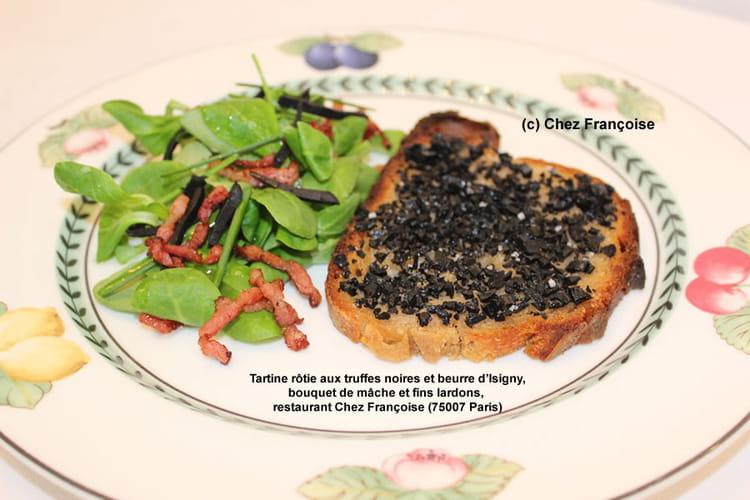 Tartine rôtie aux truffes noires et beurre d'Isigny, bouquet de mâche et fins lardons