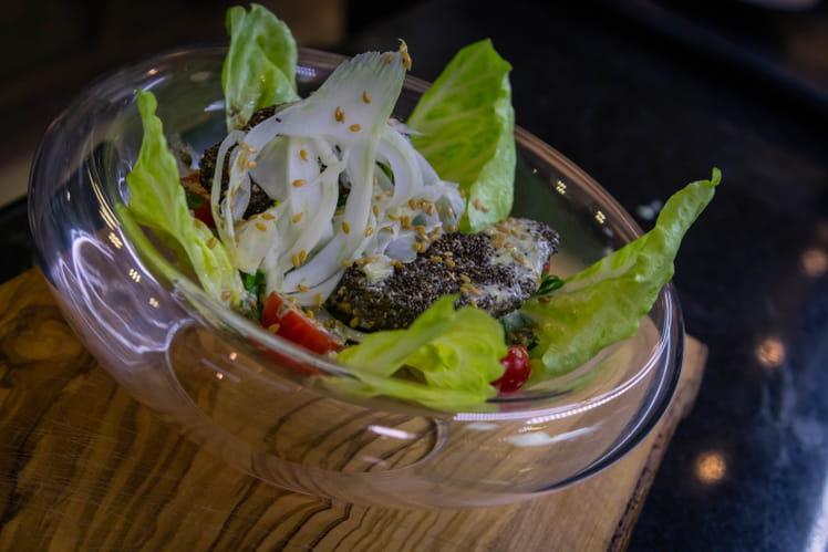 Buddha Bowl végétarien au riz noir, concombre, avocat, poivrons et aubergine