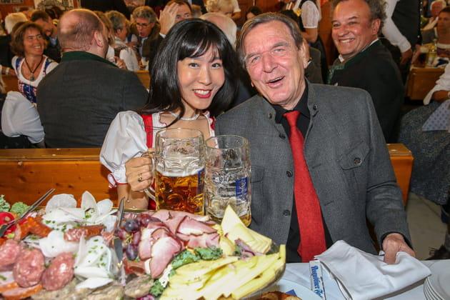 L'ex-Chancelier allemand Gerhard Schröder et son épouse coréenne Kim So-yeon fêtent la bière