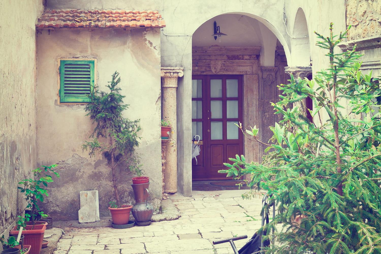 Comment décorer et aménager un appartement en rez-de-chaussée sur cour?