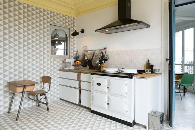 Une cuisine avec piano de cuisson